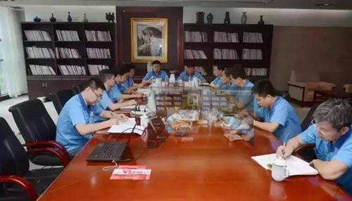 法士特集团公司党委中心组召开专题学习会